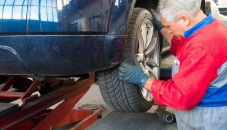 mecanicien changeant une roue de voiture