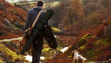 chasseur avec son chien et fusil
